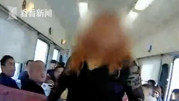 -我不穿!- 列车上女子赤裸上身举止疯狂